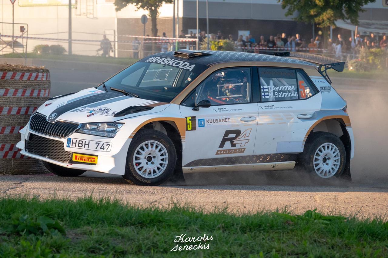 Teemu Asunmaa ja kartanlukija Marko Salminen sekä Skoda Fabia Rally2 Kit. Kuva: Fotodarius